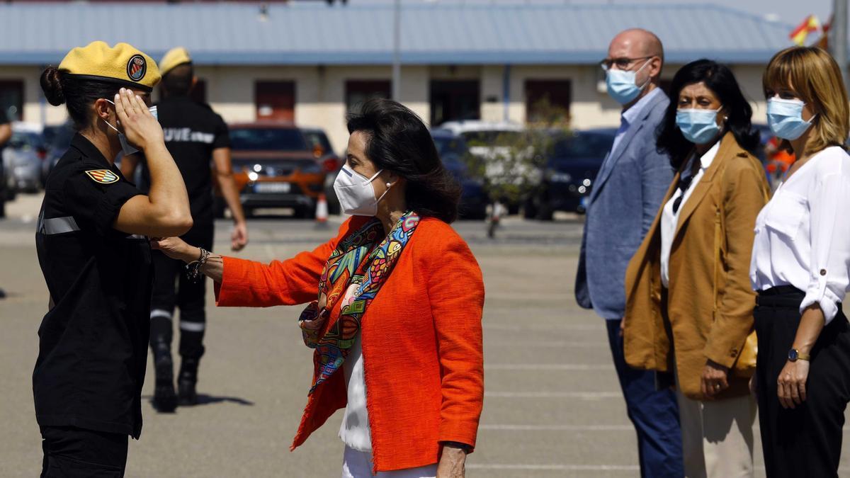 Pilar Alegría, primera por la derecha, en una reciente visita a la Base Aérea de la ministra de Defensa.