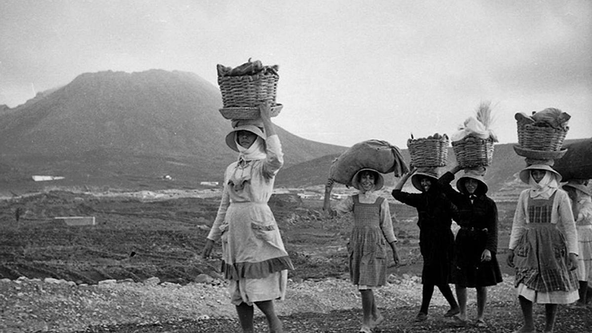 Varias mujeres de La Graciosa que subían al risco hace unos 70 años.     FOTO DE JAVIER REYES ACUÑA