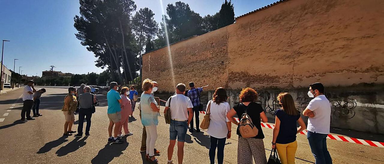 Assistents a l'acte, davant el mur del cementiri d'Albaida on van tenir lloc els afusellaments | LEVANTE-EMV