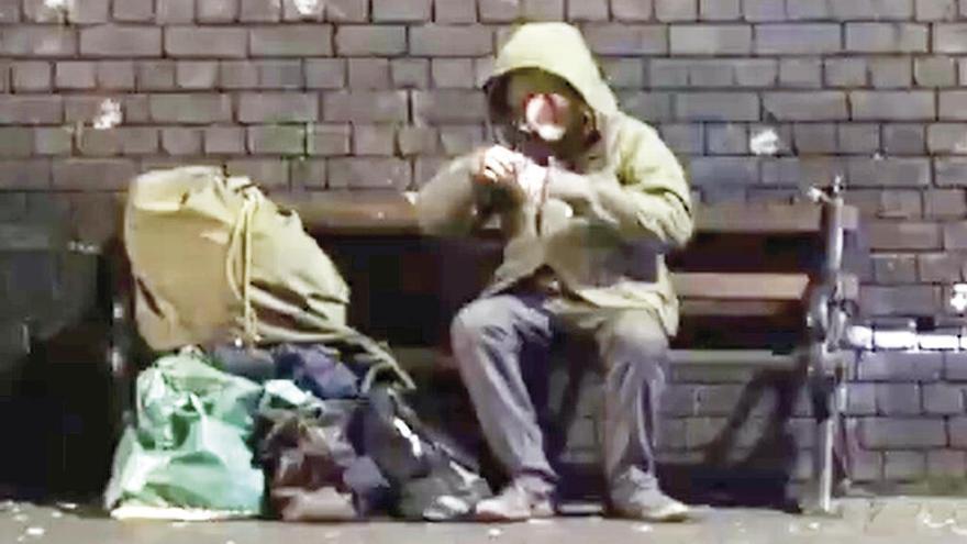"""Banksy """"convierte"""" a un indigente en Papá Noel para concienciar"""
