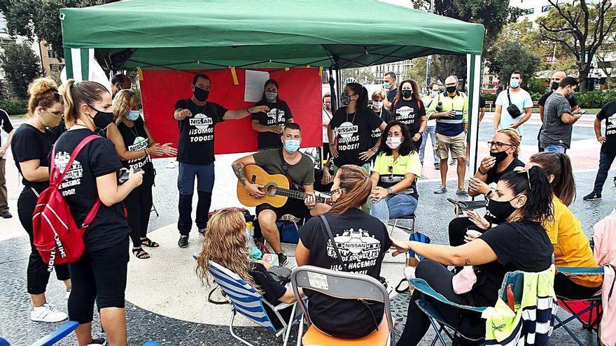 Empleats de Nissan fan una acampada de protesta  a la plaça Catalunya de Barcelona