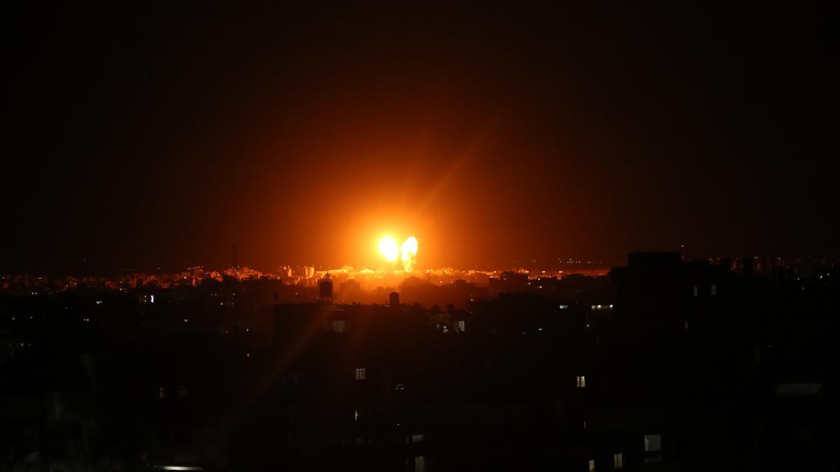 Imagen de archivo de bombardeos en Gaza en junio de 2021.