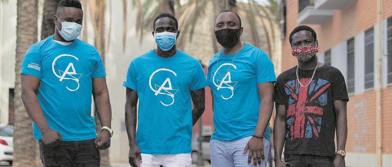Jack Freeman, Jamil y Moses Von Kallon,  del Aquarius (Asociacion Aquarius  Supervivientes), junto a Samuel Seiwoh, de  Sierra Leona; ninguno tiene el asilo tres  años después.