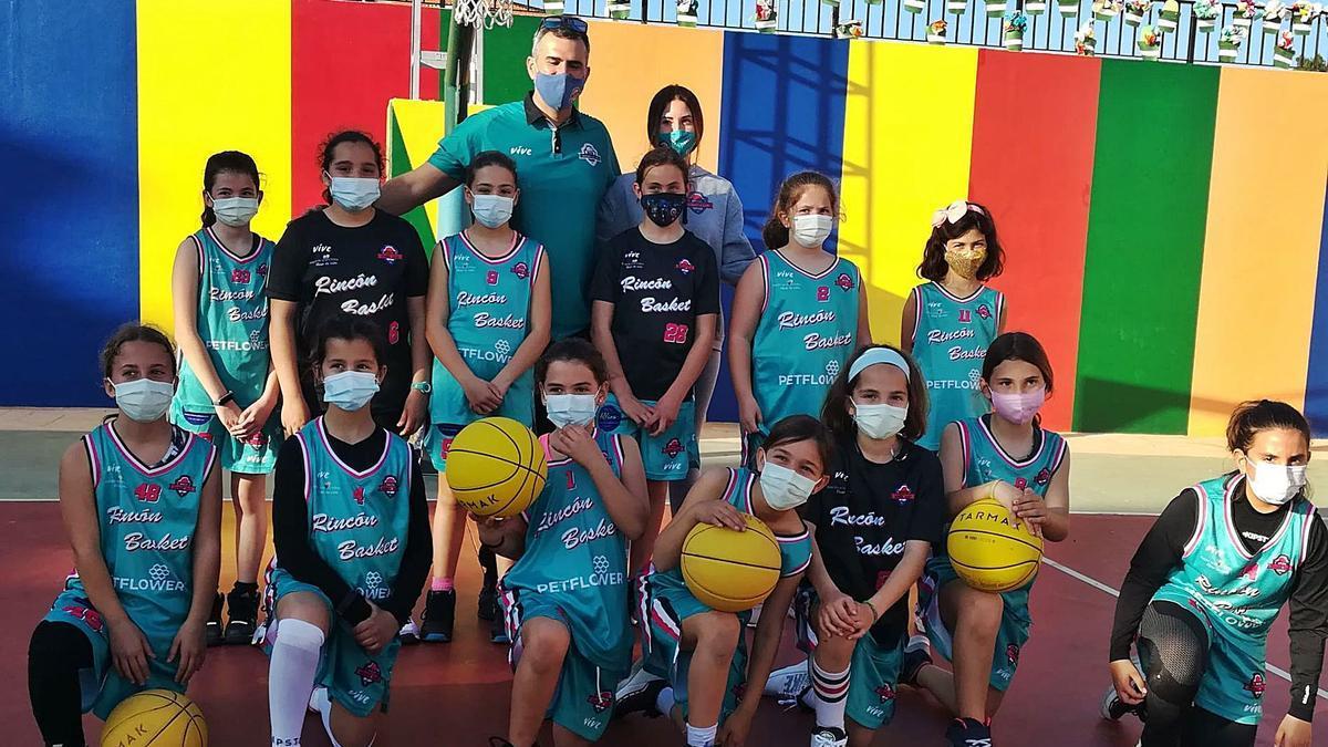 El equipo minibásket femenino posa para La Opinión en el colegio Carmen Martín Gaite de Rincón de la Victoria.