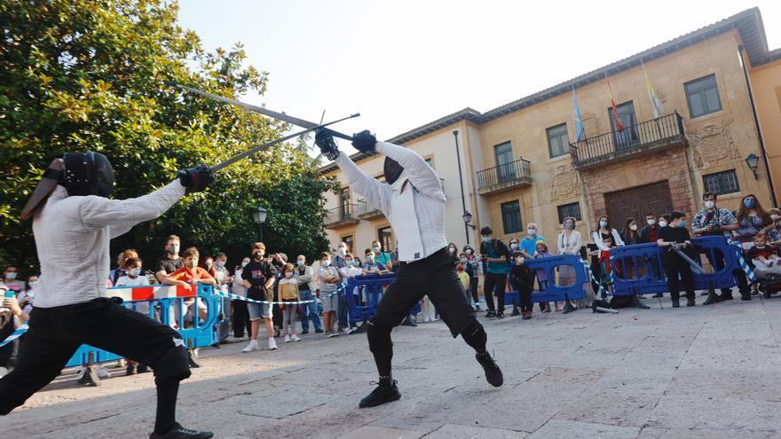 Oviedo viaja al siglo XIX, y nos ofrece una exhibición de esgrima antigua