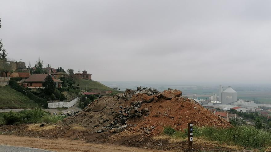 Los escombros apilados en el barrio del Carmen de Toro serán reciclados en una planta