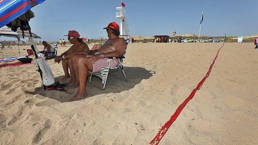 Elche «perderá» un tercio de aforo en sus playas al colocar cintas rojas para evitar las aglomeraciones