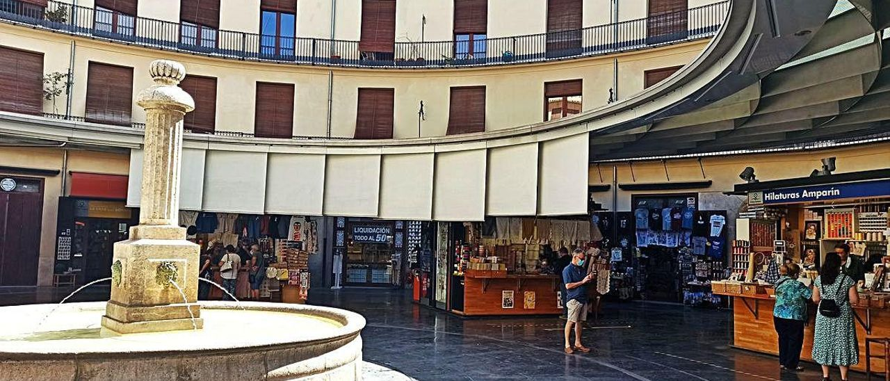 Vista general de la Plaza Redonda, con muy pocos clientes en sus puestos de venta.