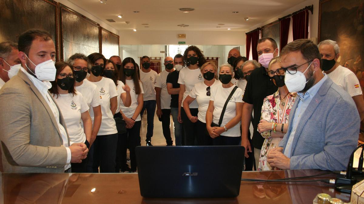 El vicealcalde y alcalde con miembros de Coros y Danzas visionando su presencia en Rusia.