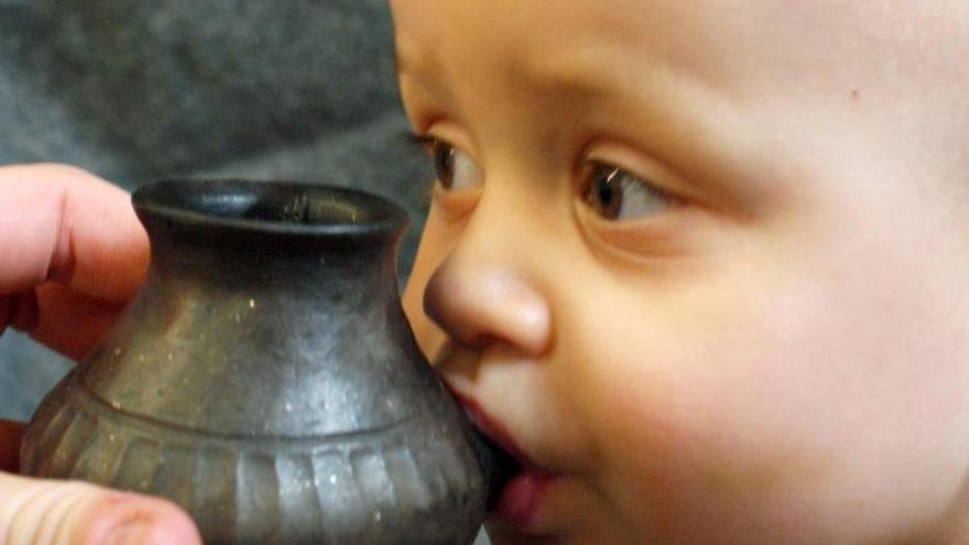 Los bebés ya bebían leche animal en biberones de arcilla en la prehistoria