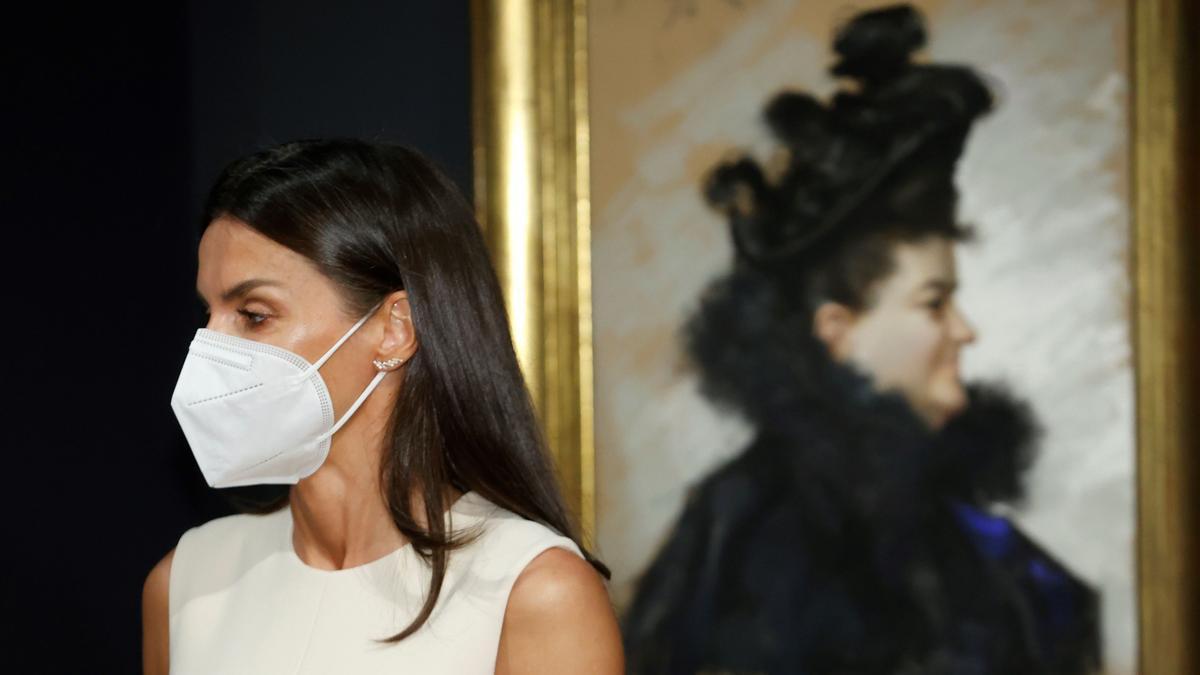 La reina Letizia inaugura la exposición sobre Emilia Pardo Bazán.