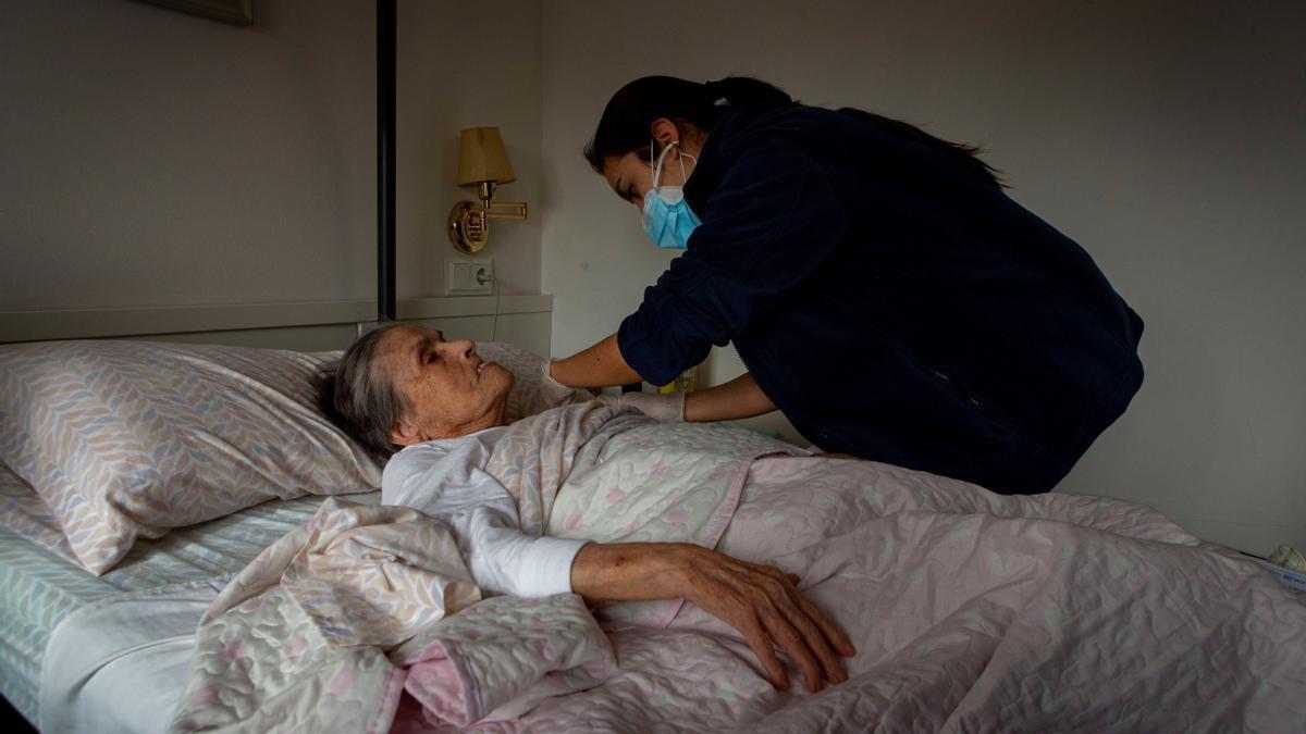 Una mujer se vacuna contra la covid
