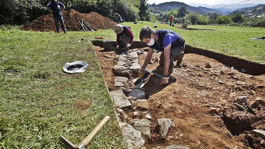 Los arqueólogos busquen mecenes pa la escavación de la villa romana de La Estaca
