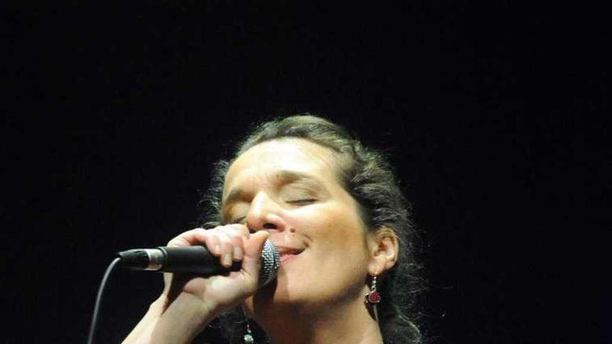 """Dulce Pontes: """"La música es sanadora; puede llegar a cambiar a una persona en un día"""""""