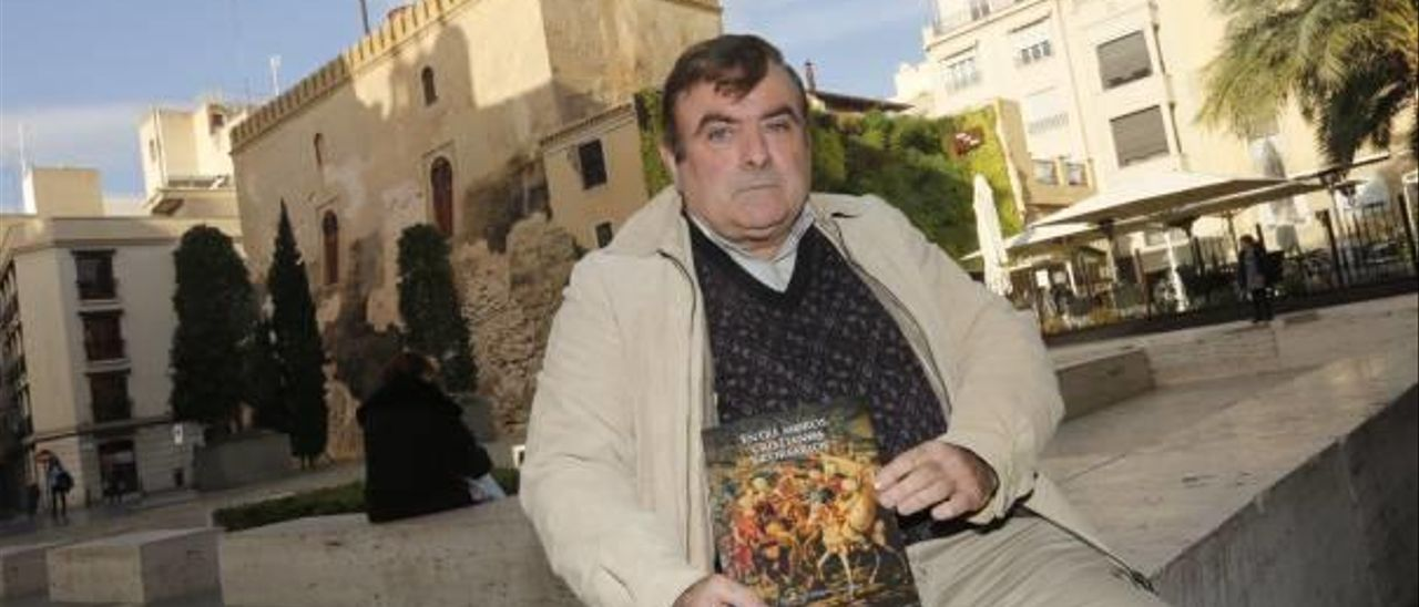 El escritor Francisco Requena junto a la novela que acaba de publicar con la editorial Amarante.