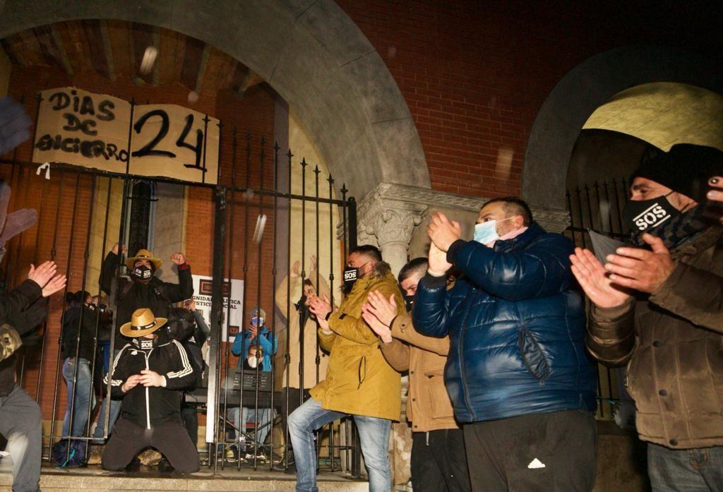 Los autónomos salen de sus encierro en la iglesia de La Felguera