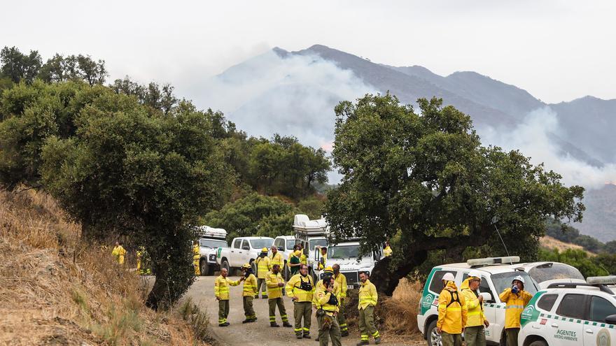 Más de 70 bomberos continúan trabajando en las tareas de liquidación del fuego en Sierra Bermeja