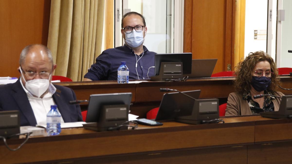 Manuel Torralbo y Juan Alcántara abandonan la Corporación en los próximos días. En la imagen, en el último pleno, junto a Maribel Baena.
