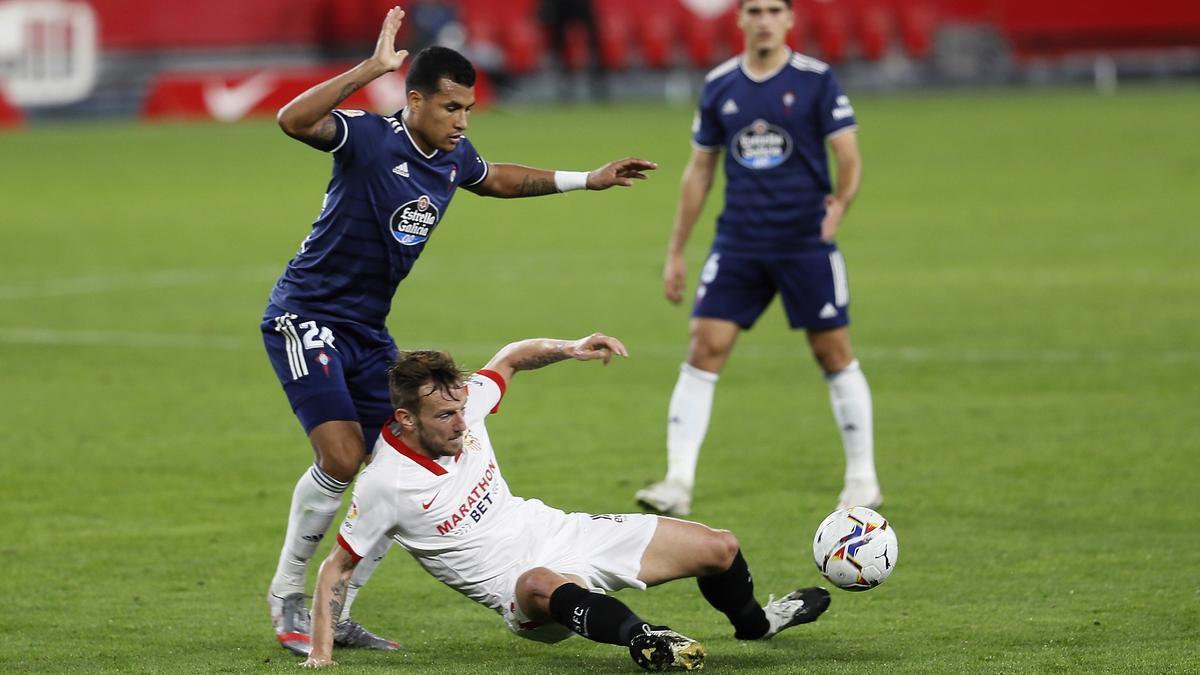 Rakitic aguanta el balón desde el suelo ante la insistencia de Murillo
