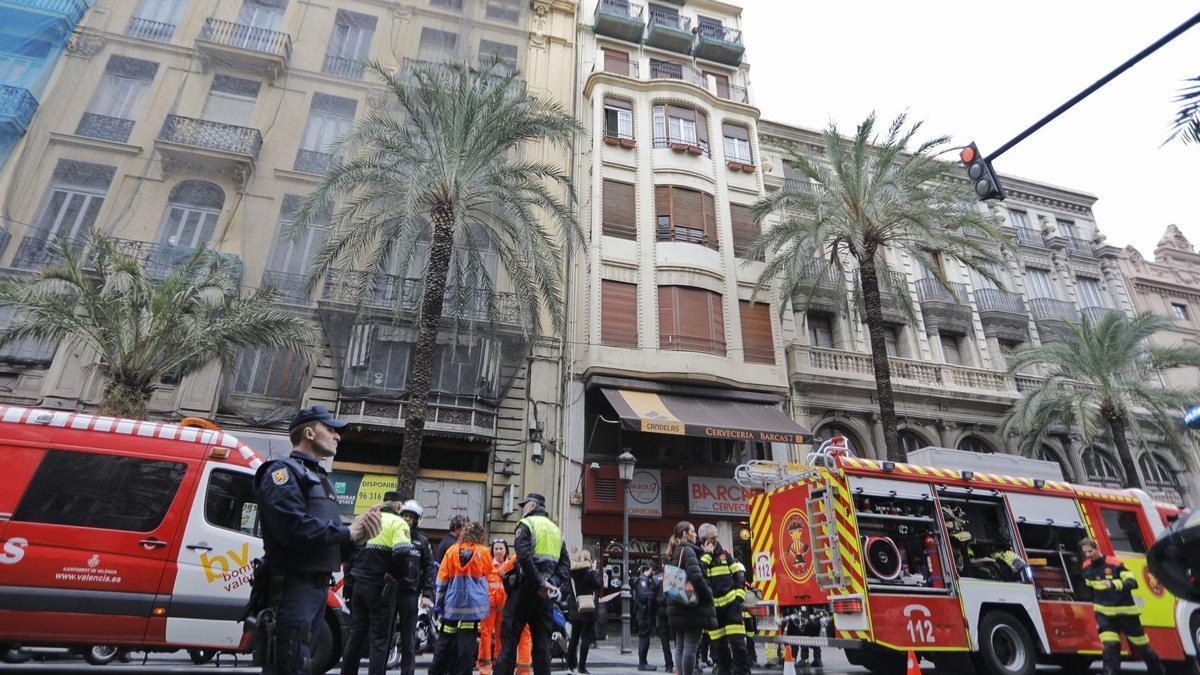 Incendio en la calle las Barcas, con intervención de los Bomberos de València.