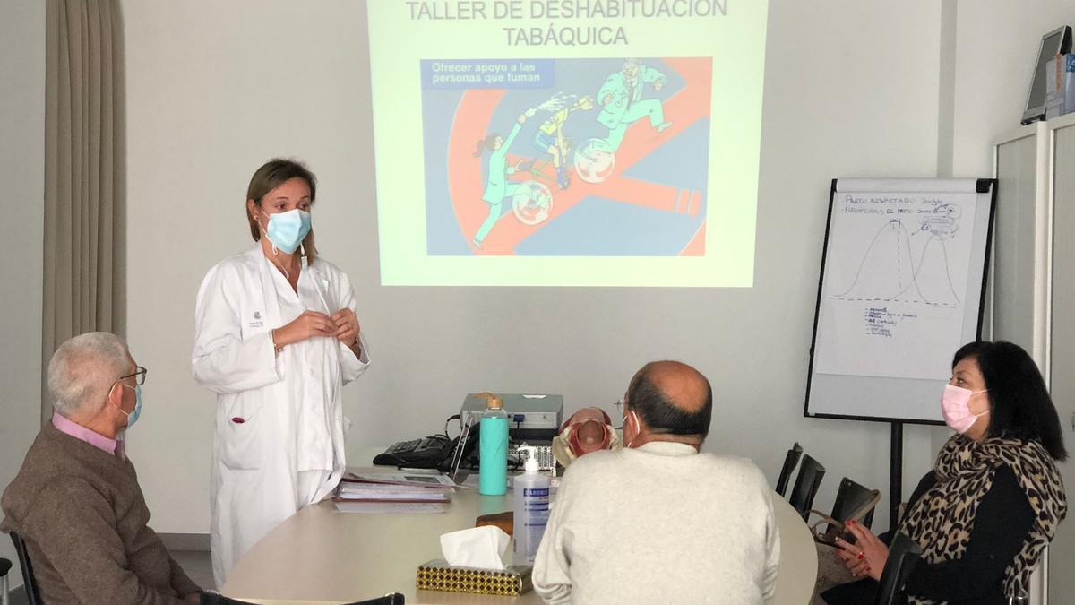 La enfermera Lorena Montero con los participantes del taller de deshabituación tabáquica  de Sant Josep.