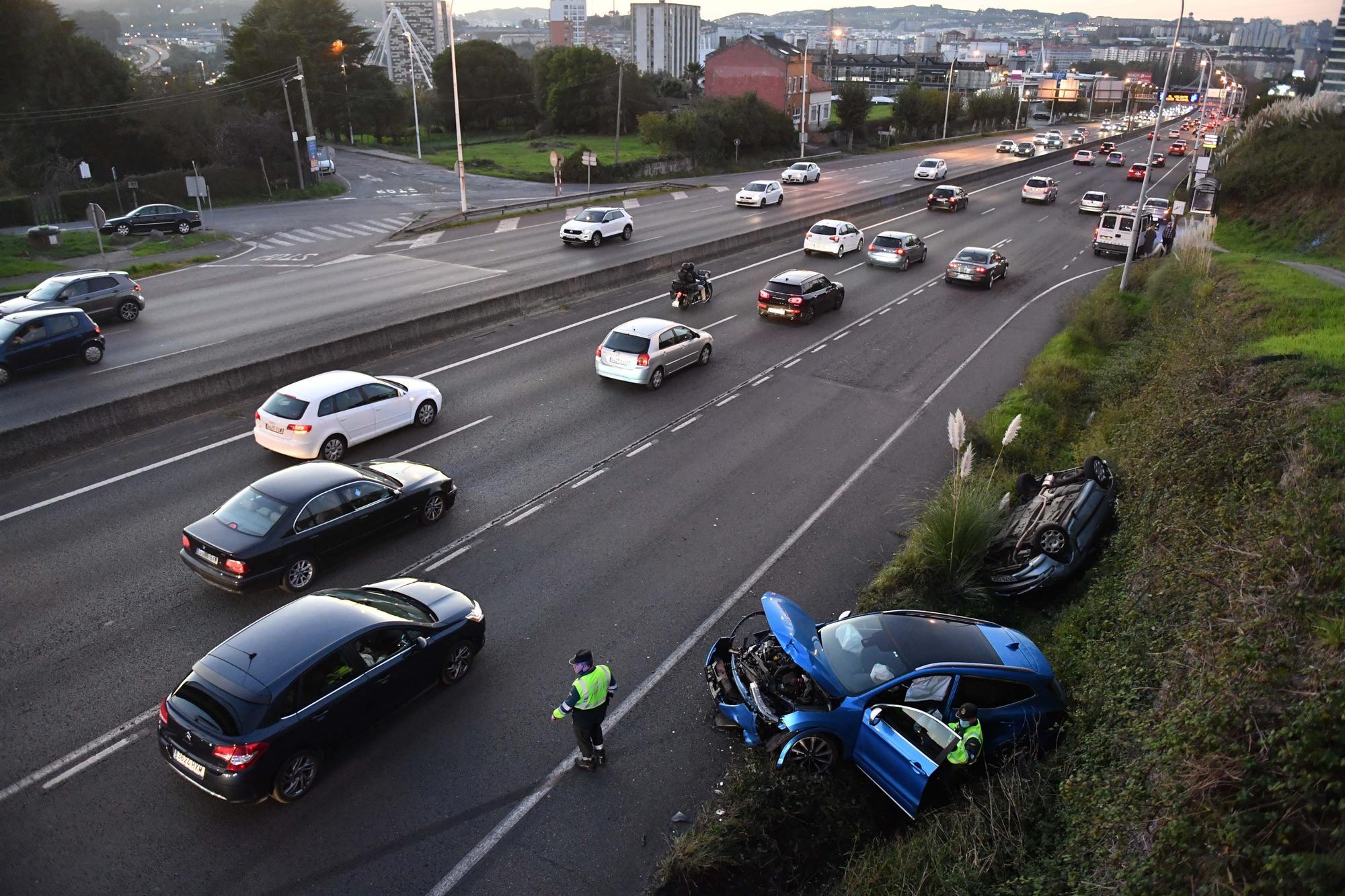 Atasco en la entrada a A Coruña desde la AP-9 por un accidente en Alfonso Molina