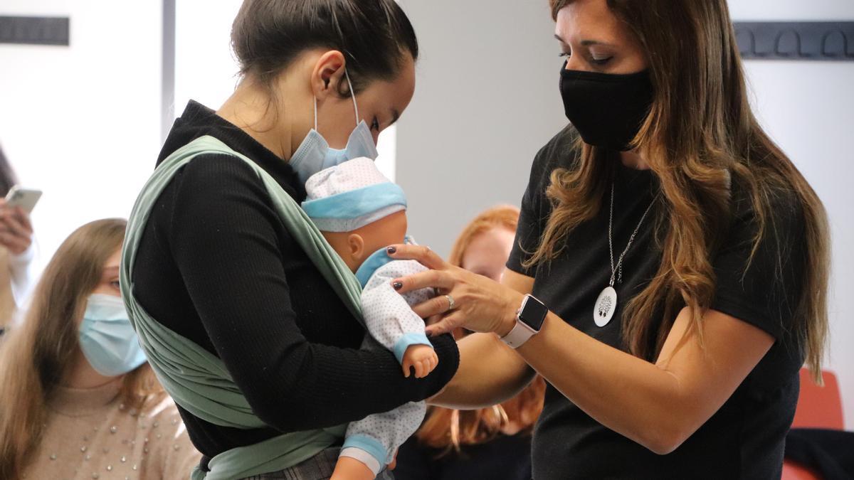 Alumnos de Fisioterapia durante el taller de porteo de bebés