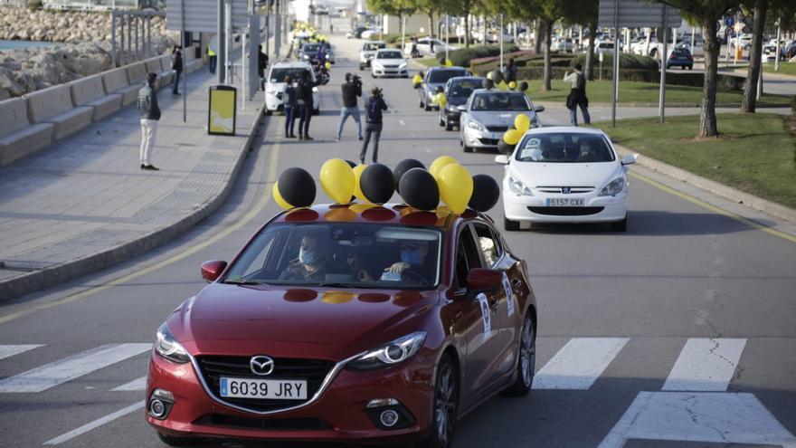 """Unos 130 coches participan en una protesta contra de la """"temporalidad abusiva"""" en la Administración"""