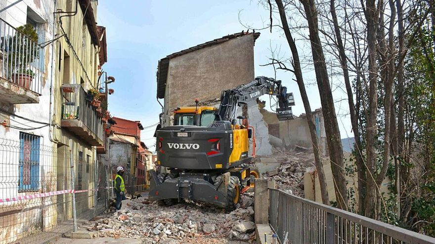 Olot avança les obres d'enderroc dels tres habitatges de Sant Miquel