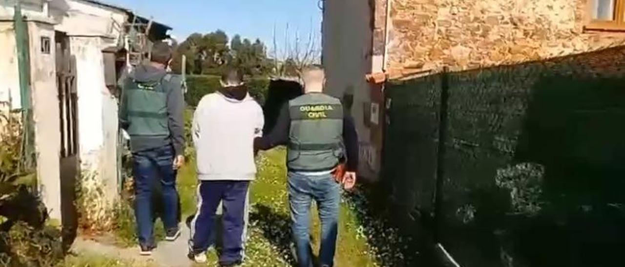R. R. G. en el momento de su detención por dos agentes de la Guardia Civil.