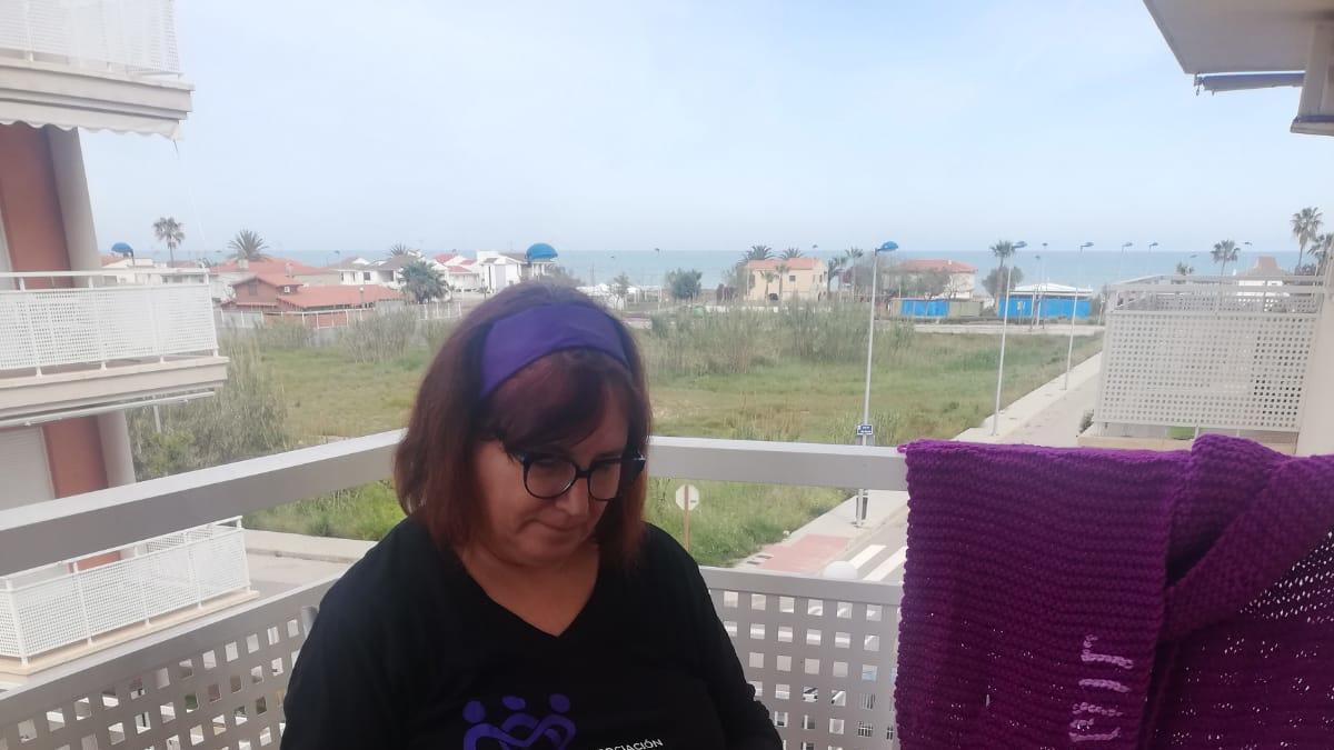 La presidenta de Amigas Supervivientes, tejiendo en su balcón.