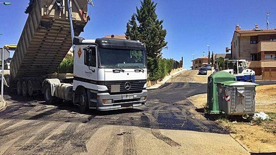 Camión y apisonadoras de Exfamex pavimentando la calle Zafra antes de las Municipales de 2015.  L. O. Z.