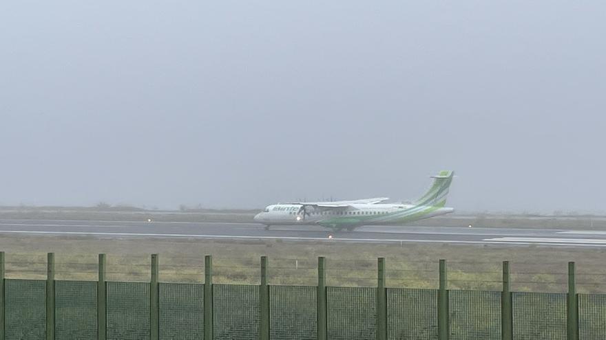 La niebla obliga a cancelar ocho vuelos y causa 12 desvíos en Tenerife