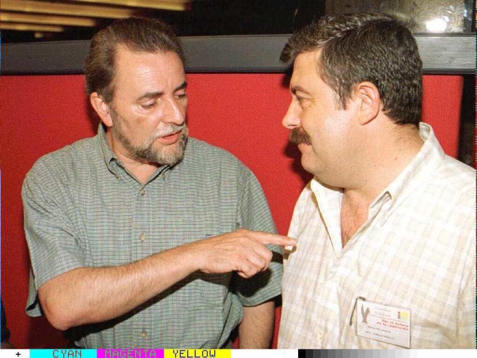 28/07/96 >SEV.101.SEVILLA. El coodinador general de IU, Julio Anguita, conversa con el malagueño Antonio Romeroa. EFE/Emilio Morenatti.