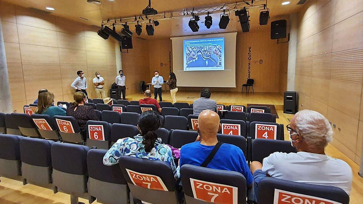 Vecinos y autoridades durante el encuentro mantenido en Zona Joven. | | E.D.