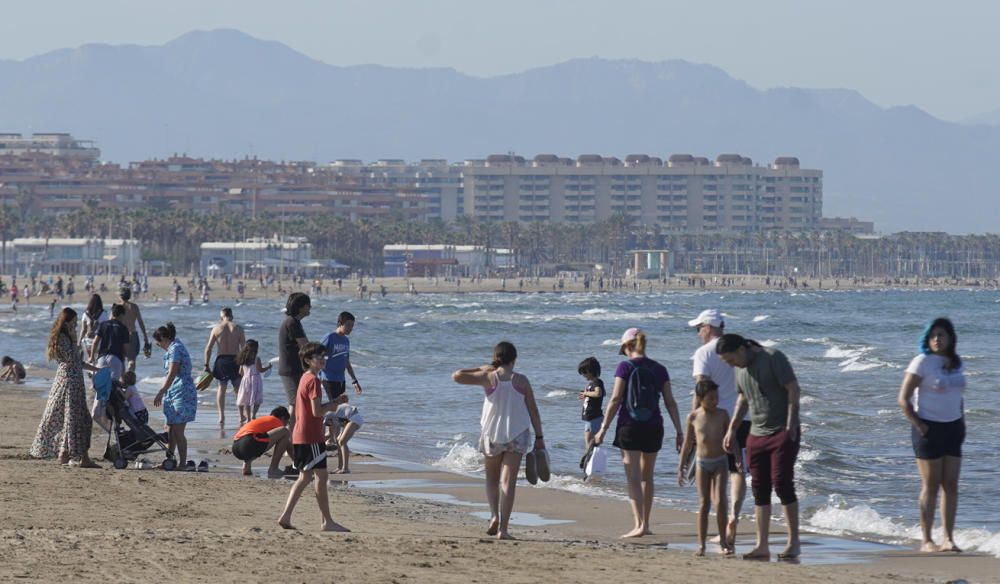 Playas y terrazas llenas en València en los primeros días de la fase 1
