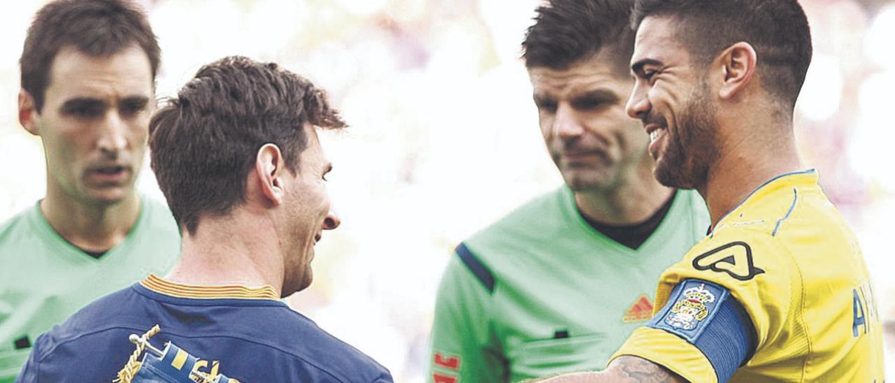 El central de Arguineguín Aythami Artiles Oliva se saluda con Messi, su homónimo del Barça, en septiembre de 2015.  | | LOF