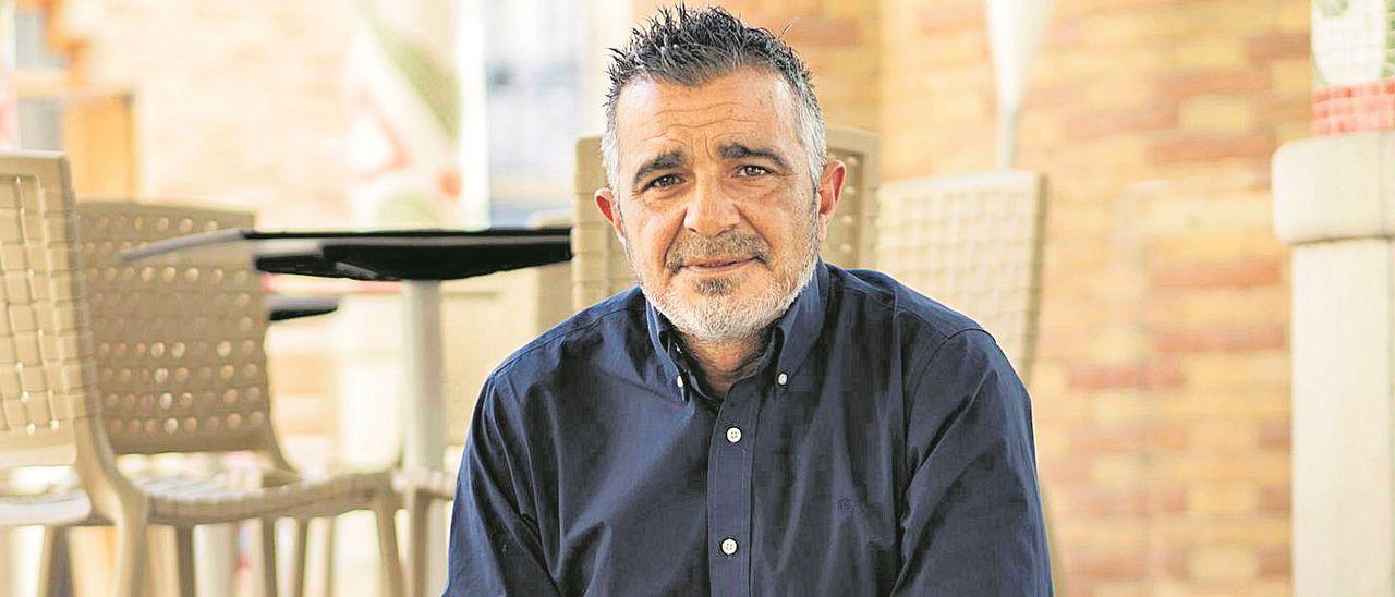 Rafael Toledo posa durante la entrevista en el Mercado de Colón de València