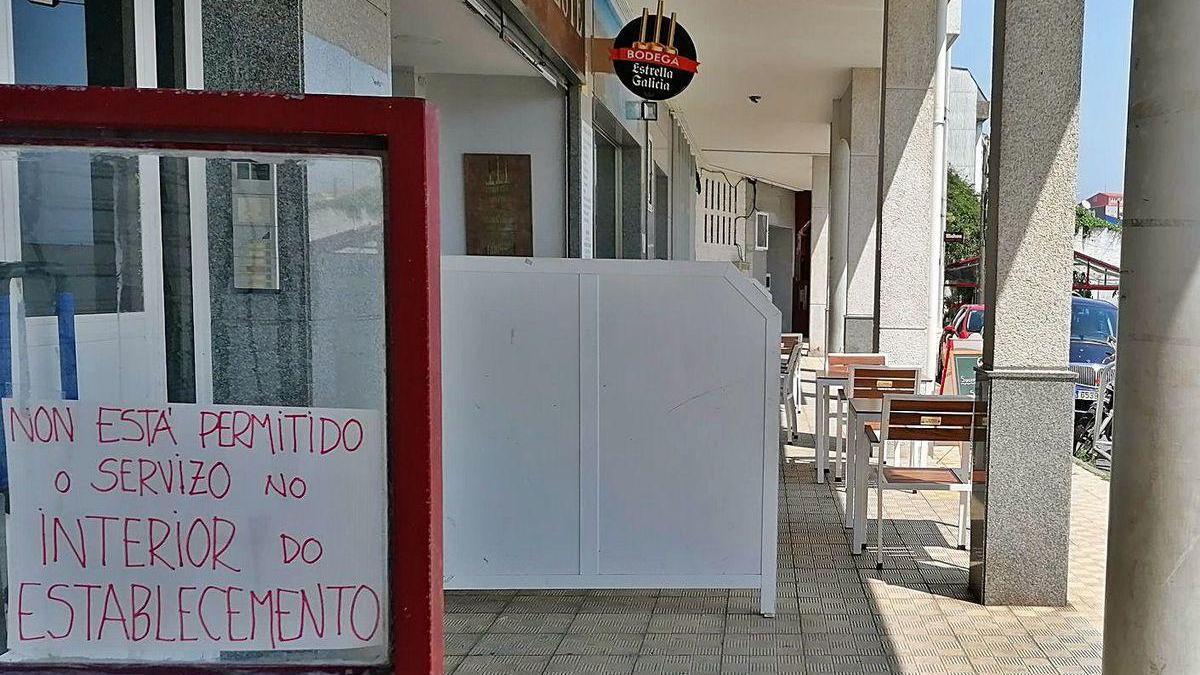 Cartel en un local de Sada que informaba de la prohibición de servir en el interior.