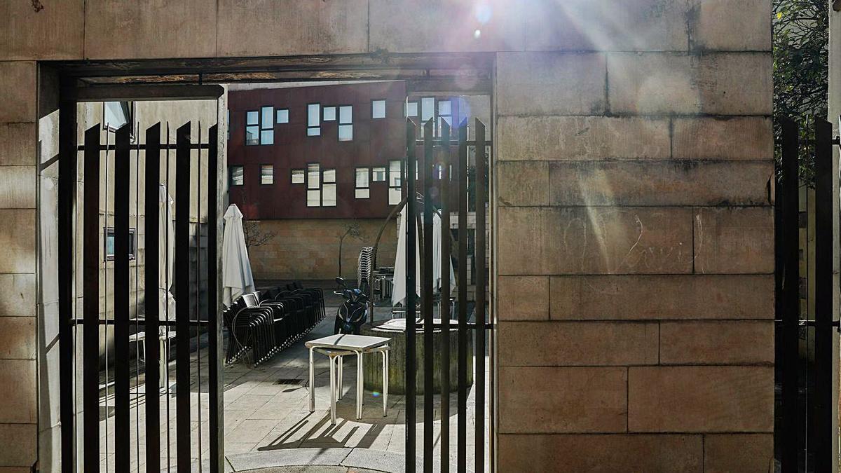 Un establecimiento de hostelería, con la terraza recogida.