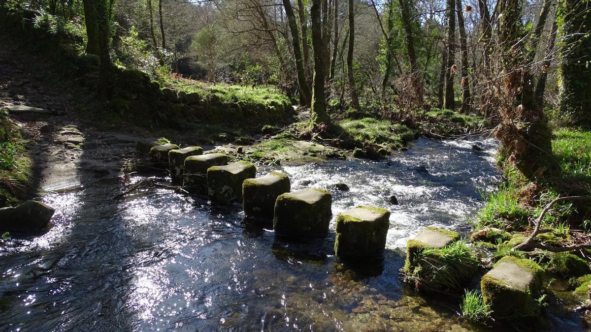Pasos de piedra en el río Verdugo, emblema etnográfico de Ponte Caldelas.