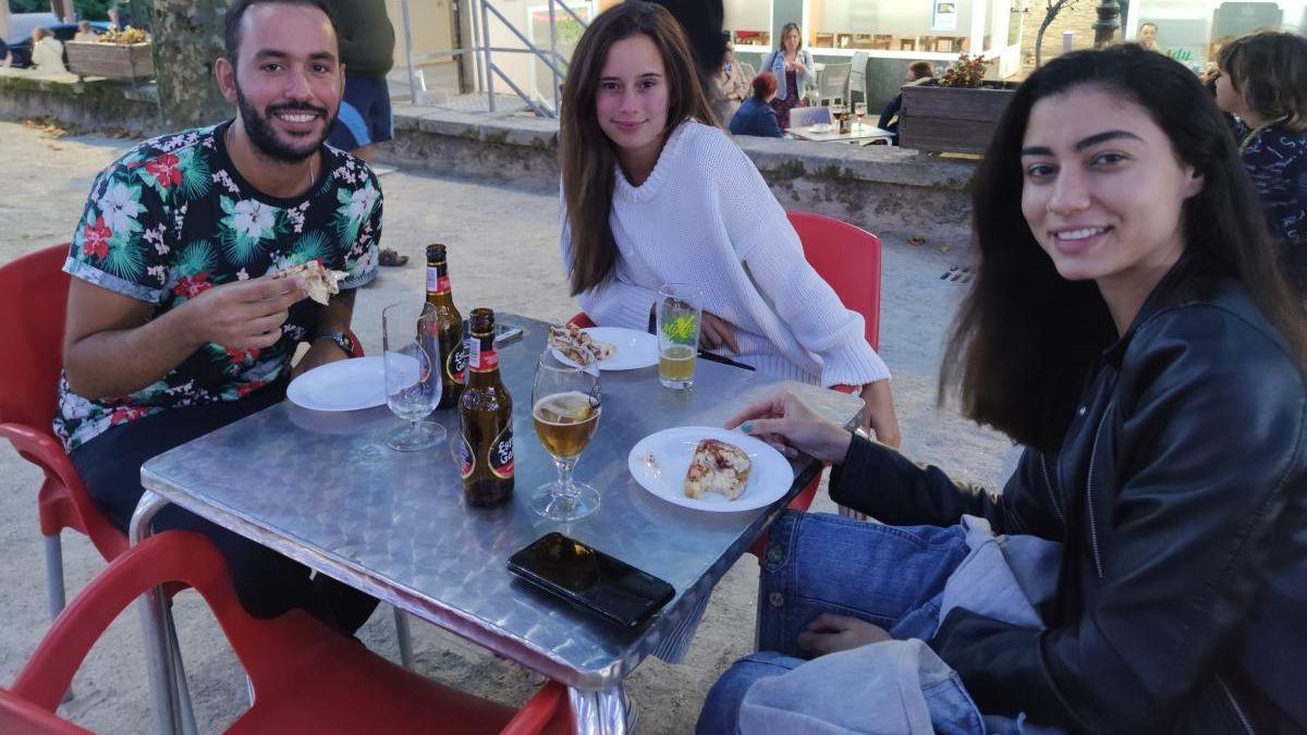 Un grupo de amigos disfruta de una edición anterior de Caldelas Tapas.