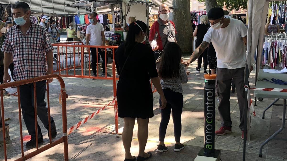 Control de acceso con el dispositivo a prueba este viernes en el mercado ambulante de la avenida Selgas