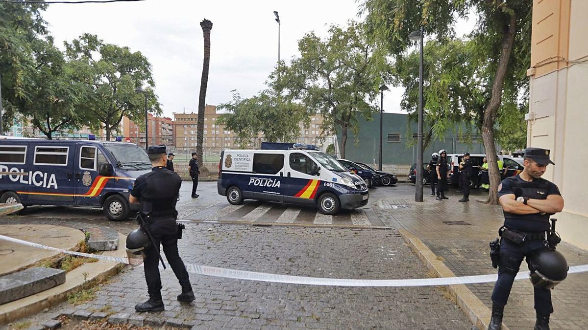 Intervención de la Policía Nacional en el entorno de la barriada de las 'Casitas rosa'. | GERMÁN CABALLERO