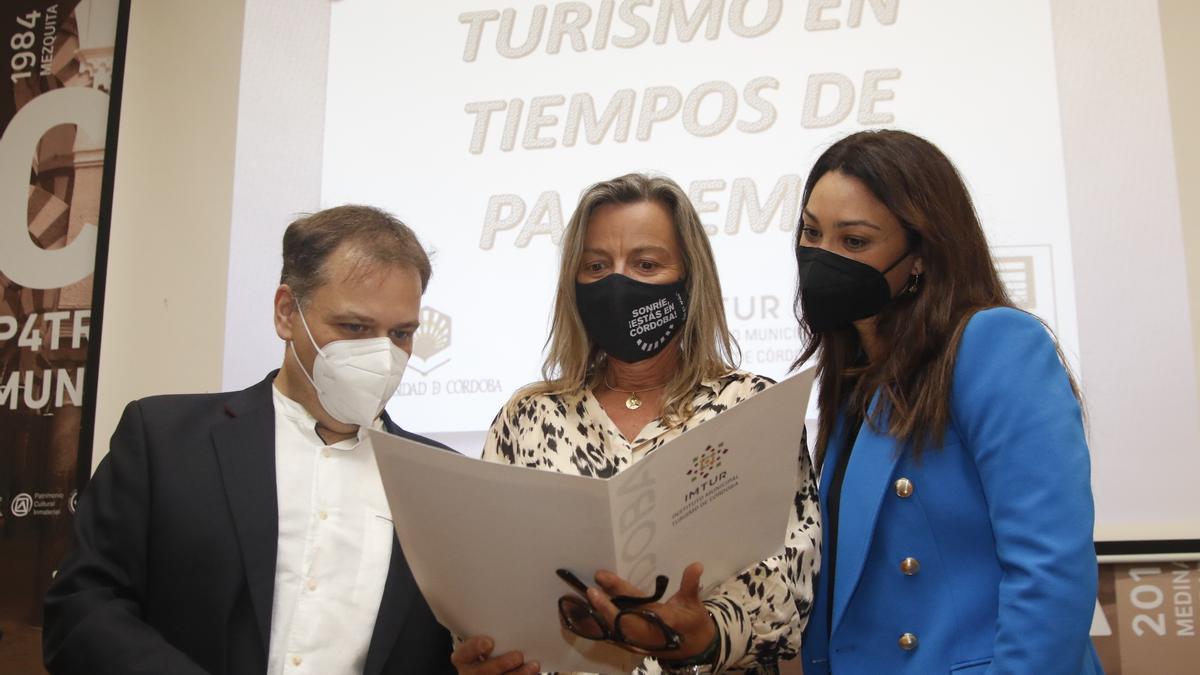 Los profesores Ramón Rueda y Laura García flanquean a Isabel Albás, en la presentación del estudio de la UCO 'Turismo en tiempos de pandemia'.