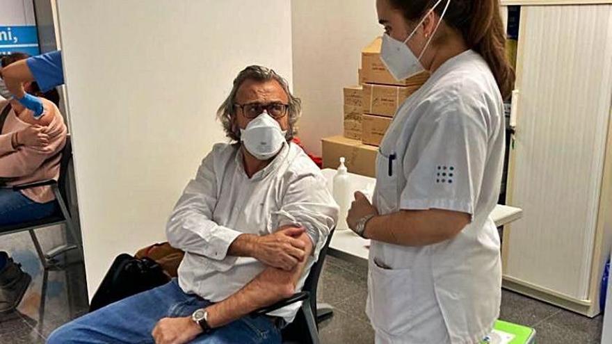 Al presidente del Sindicato Médico de Baleares le ponen la primera dosis de la vacuna