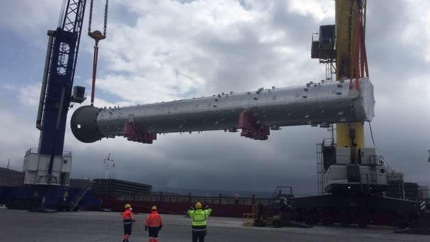 La refinería recibe una enorme pieza llegada por Langosteira para mejorar sus instalaciones