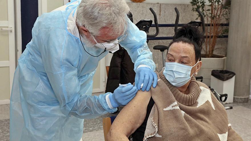 El Sergas inoculó al menos una dosis al 45,4% de la población gallega susceptible de recibir la vacuna