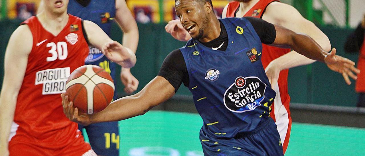 Evan Yates con la pelota en el encuentro con el Girona en el Pazo dos Deportes Paco Paz. |  // IÑAKI OSORIO