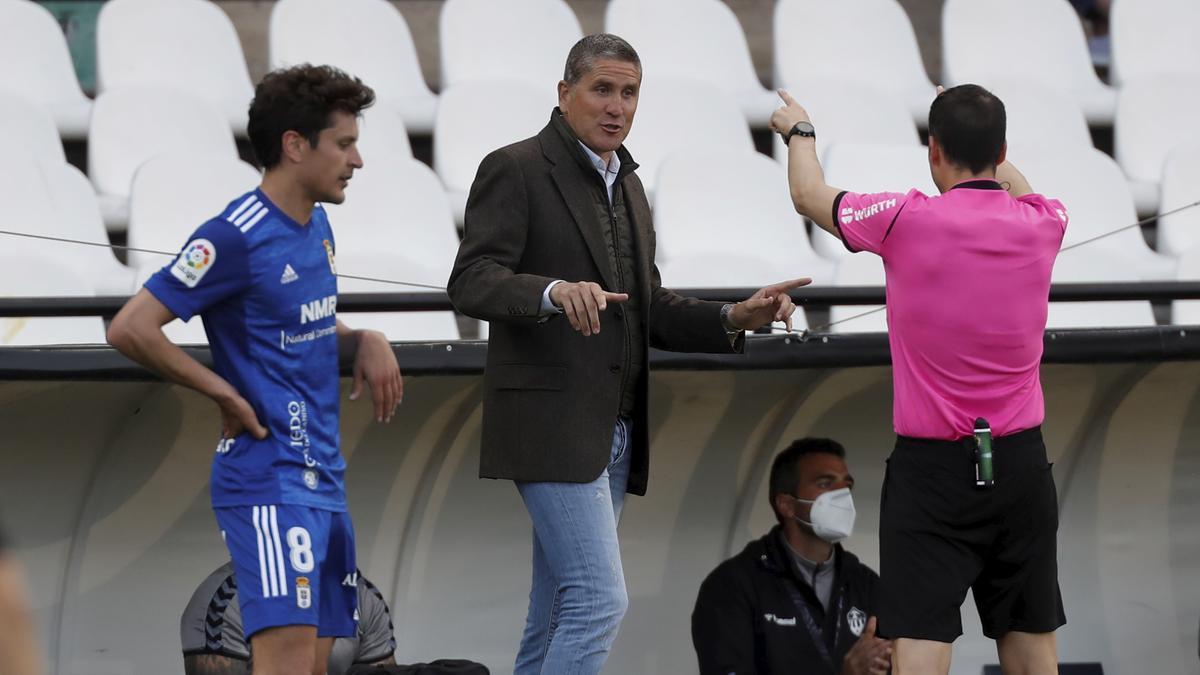 Juan Carlos Garrido dialoga con el árbitro, en el último encuentro en Castalia (1-0 al Oviedo).